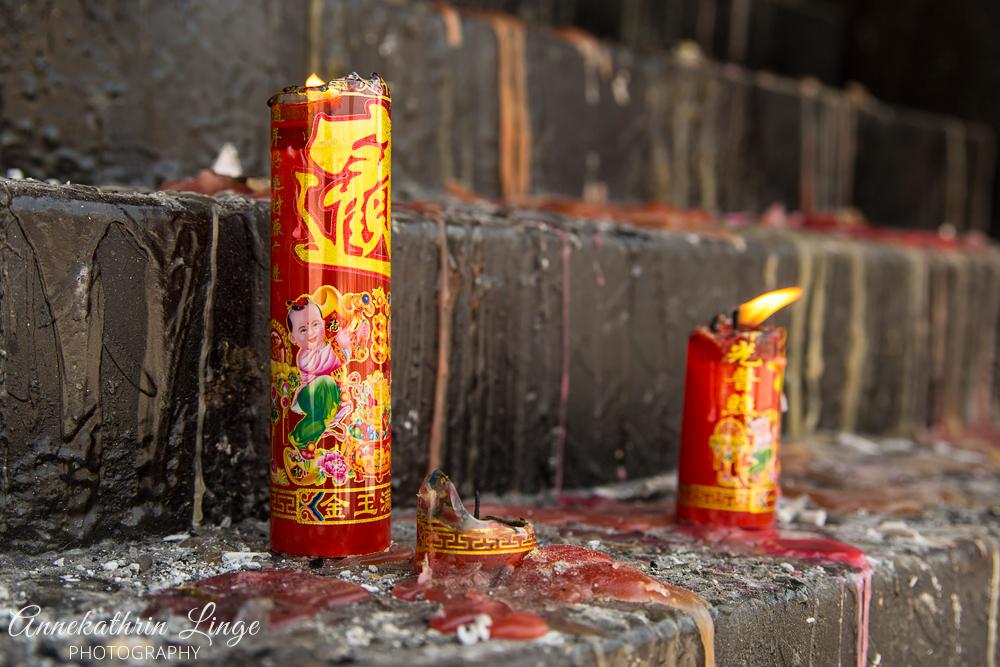 """Kerzen an einem Tempel beim weltweit größten """"Happy Buddha"""" in Mile / Provinz Yunnan / China"""